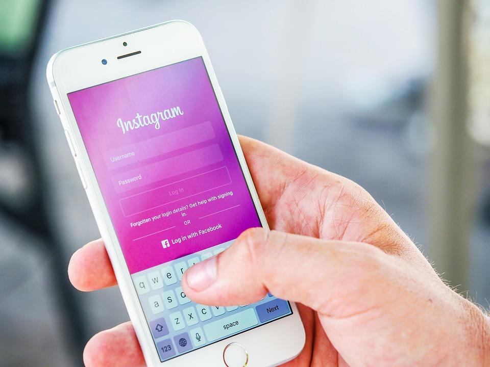 iPhone con pantalla de inicio de Instagram