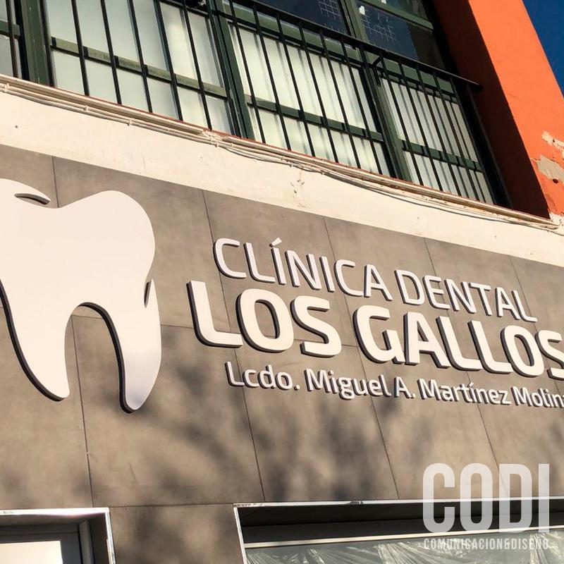 Logo en la fachada de la clinica dental Los gallos
