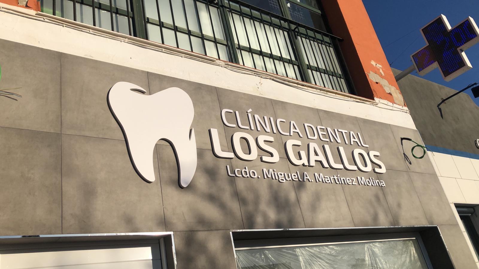 Rotulación de la clínica dental Los gallos