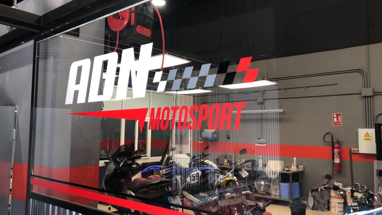 Escaparate de ADN Motorsport con vinilo