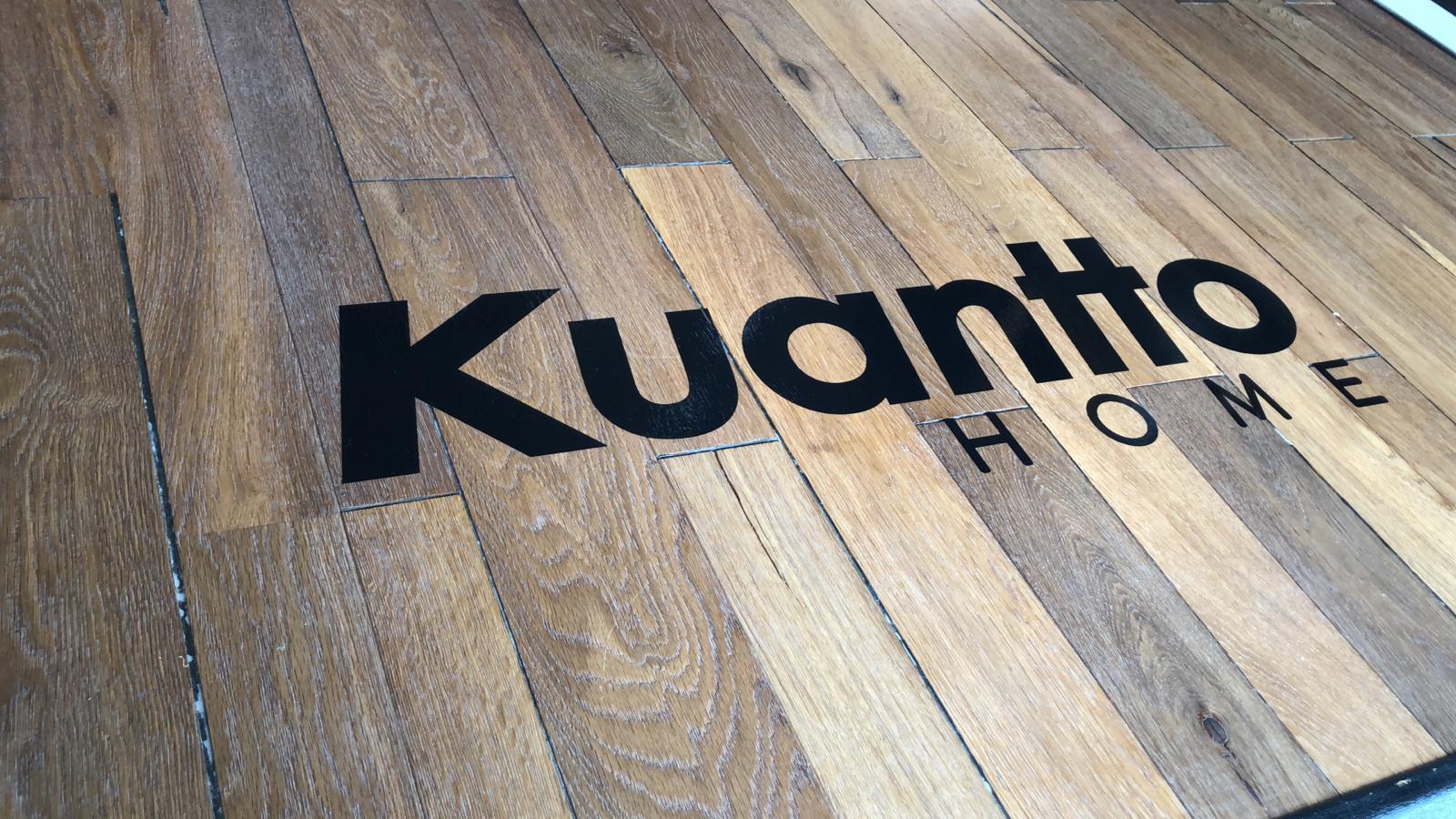 Logo de Kuantto home en negro sobre madera