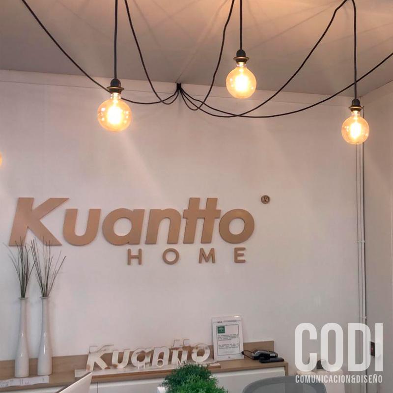 Local Kuantto home con rótulos y decoración