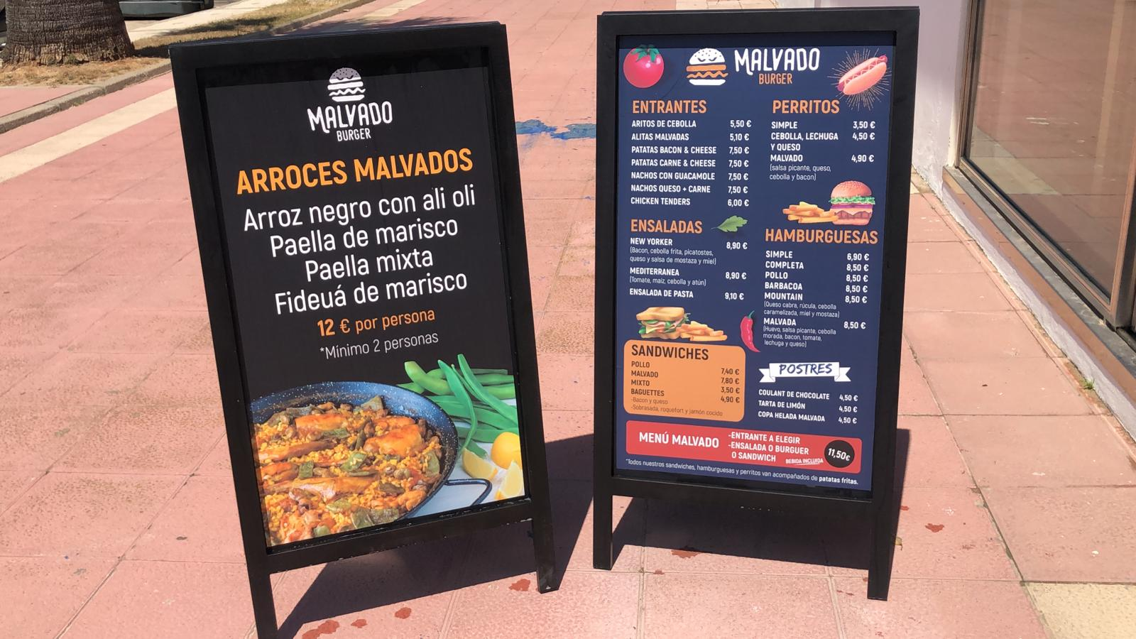 Carteles con menú de Malvado burger