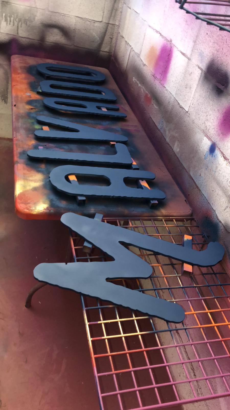 Proceso de pintado de letras corpóreas de Malvado burger
