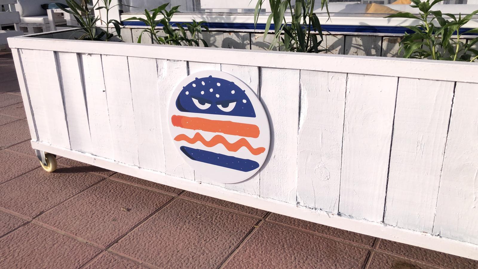 Imagotipo de Malvado Burger en un macetero