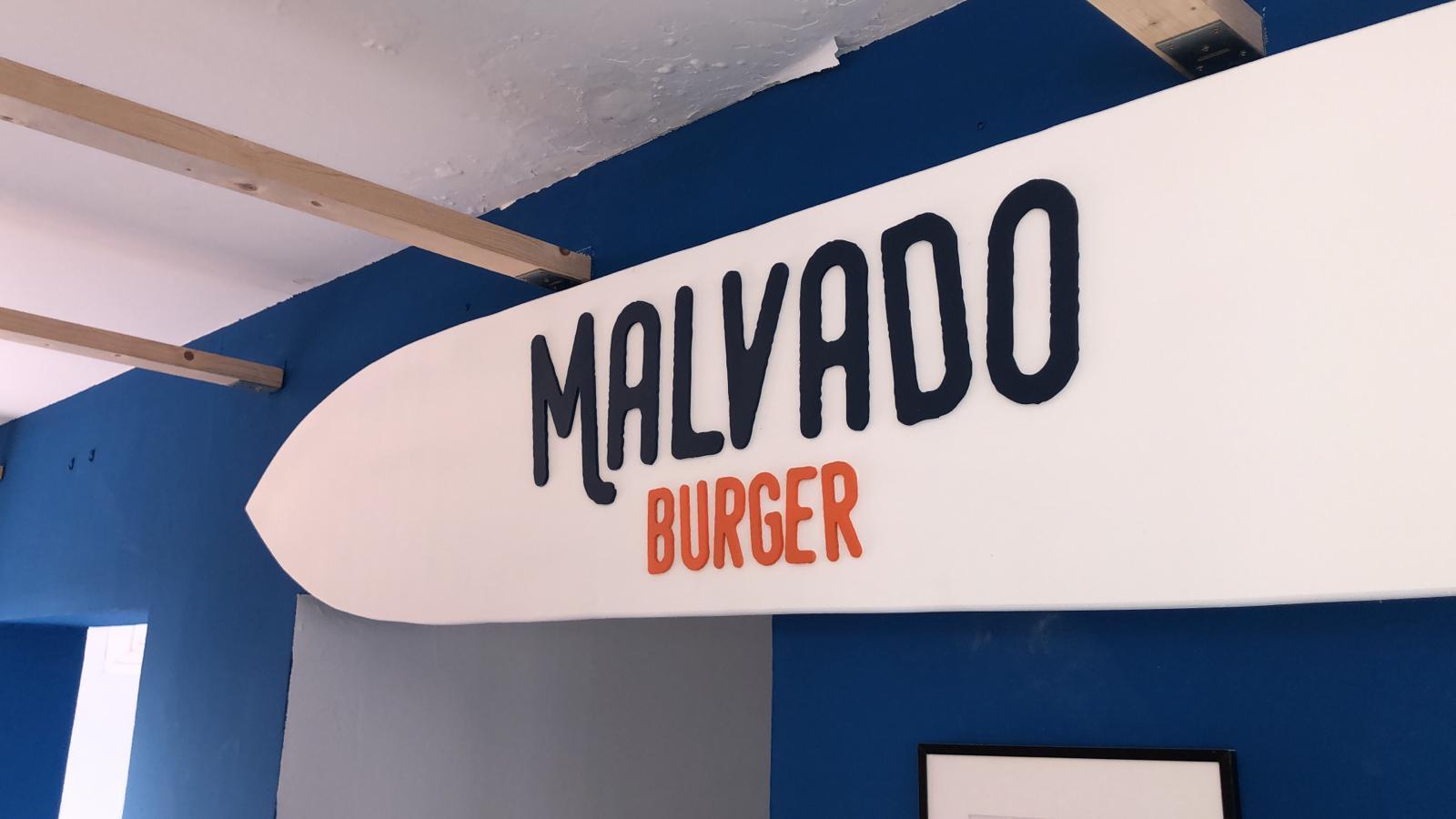Logotipo de Malvado burger sobre tabla blanca