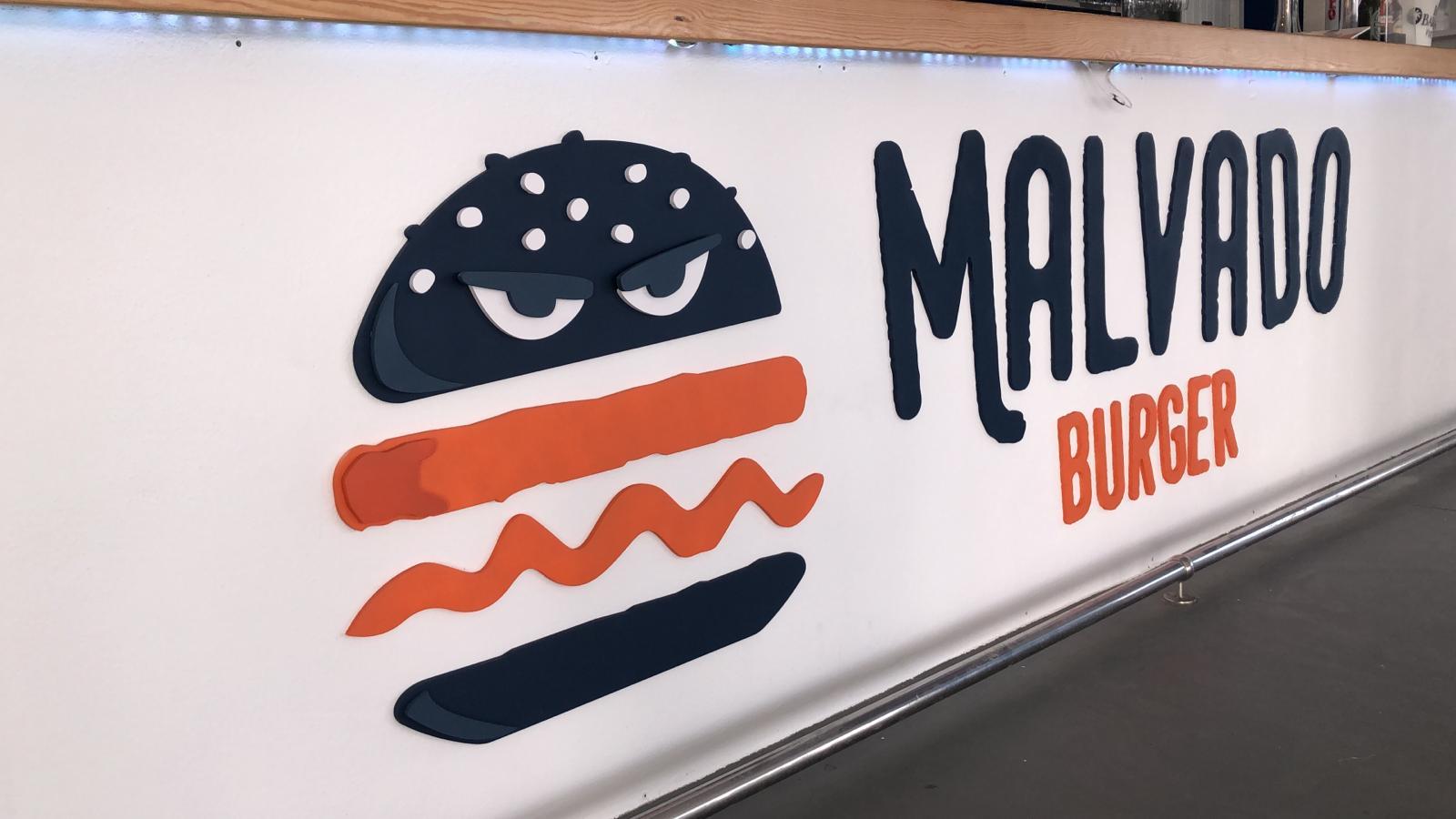 Decoración barra del local de Malvado Burger