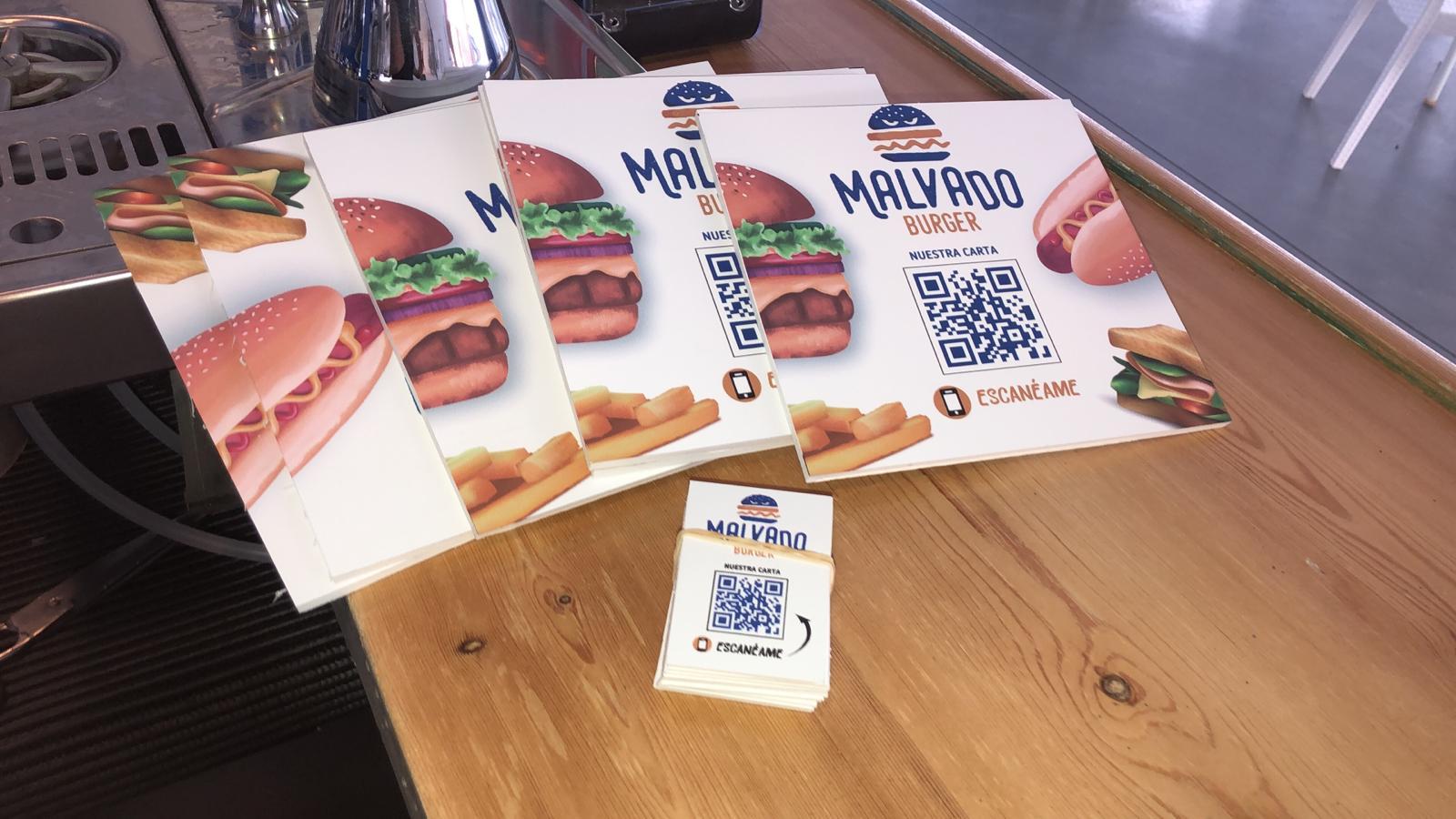 Menú y tarjetas con código QR de Malvado Burger