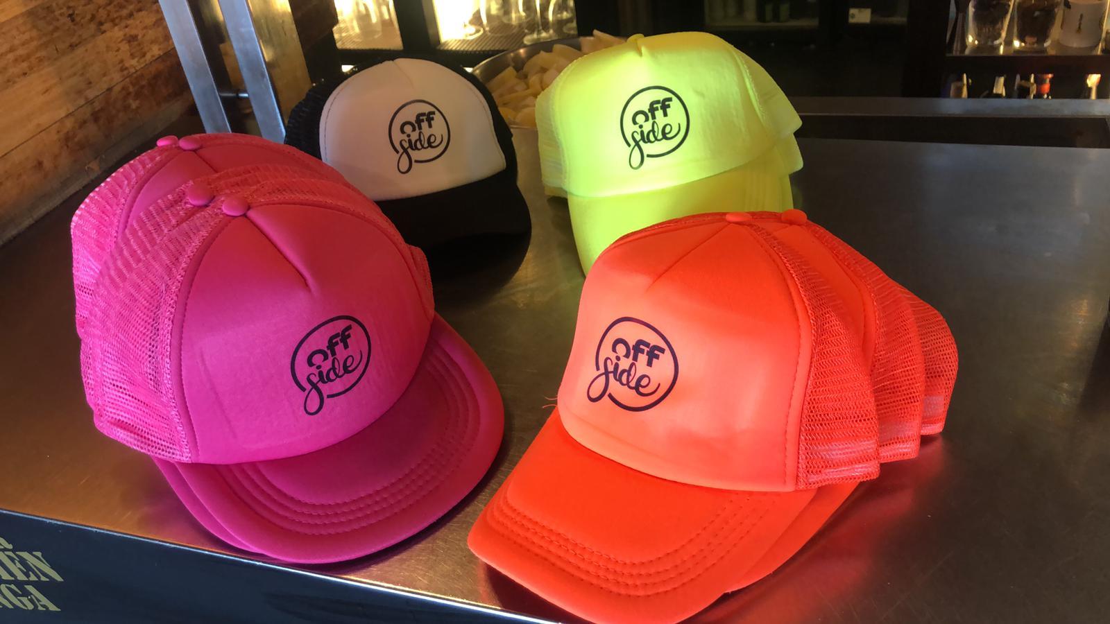 Gorras de diferentes colores con logo de Offside