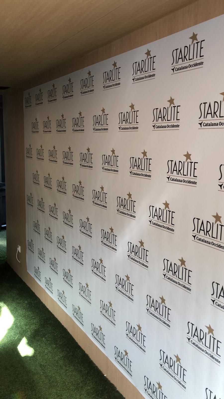 pared photocall con logos de starlite